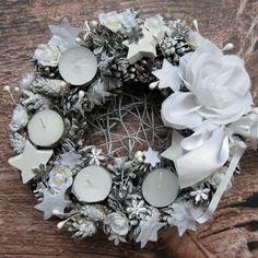 Bílý advent Adventní věneček z proutí s látkovou květinou. Vložené zapasované vyměnitelné čajové svíčky, laděno do bílé barvy. Vnitřek věnečku je propletený, možno umístit další dekoraci, průměr 25 cm.