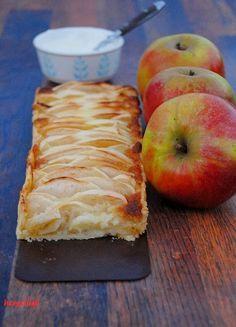Apfelkuchen mal anders. Rezept mit Marzipan und Sauerrahm-Schmand-Soße
