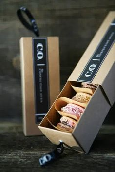 Love this idea for packaging french macaron. Creative packaging Love this idea for packaging french macaron. Macaron Packaging, Dessert Packaging, Bakery Packaging, Food Packaging Design, Pretty Packaging, Packaging Design Inspiration, Brand Packaging, Gift Packaging, Packaging Ideas