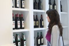 Clientas mirando nuestras variedades en #vinos.  #Vinoteca #Vinacoteca #Jerez #Altillo