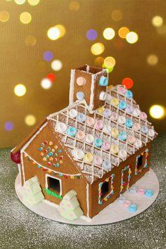 Casa de jengibre con luces de Navidad Fondant, Fashionista Cake, Gingerbread Houses, Chocolate, Decorating Ideas, Desserts, Food, Home Decor, Cookies
