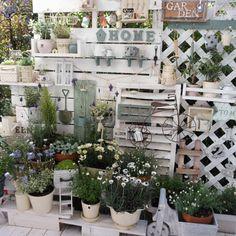 27 Pretty Backyard Lighting Ideas for Your Home - The Trending House Garden Deco, Balcony Garden, Herb Garden, Garden Pots, Garden Stand, Most Beautiful Gardens, Backyard Lighting, Flower Pots, Flowers