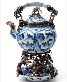 Kangxi, zilver 19e eeuw, Oosterbaan Leeuwarden de pot met s-vormige tuit en stervormig deksel, met een decor van landschappen in panelen en gestileerde bloemen, de schotel met floraal decor, het zilver met druivenranken H 27 cm