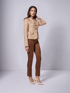All-over-Print ist Trend! Die DOLZER Hose überzeugt aber nicht nur durch ihr außergewöhnliches Design, sondern darüber hinaus durch Passform und Bequemlichkeit. Kombinieren Sie als Kontrast zum fröhlichen Muster der Hose doch mal einen unifarbenen Blazer.