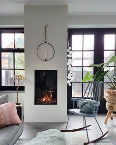 Binnenkijken bij Marjolein Bouhuijzen - Alles om van je huis je Thuis te maken | HomeDeco.nl Cottage Living Rooms, House Rooms, Home And Living, Living Room Decor, Modern Fireplace, Fireplace Design, Room Inspiration, Interior Inspiration, Happy New Home