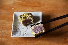 Tonno in crosta di pistacchi con sesamo e semi di papavero