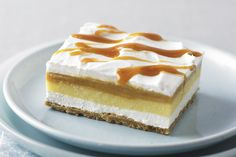 You can prepare the best recipes for Western sweets in your home easily and conveniently, and today's recipe is cream caramel with delicious biscuits, it Biscuits Graham, Cream Cheese Desserts, Cream Cheese Spreads, Cookie Desserts, No Bake Desserts, Caramel Squares Recipe, Carmel Desserts, Carmel Cream, Sweets