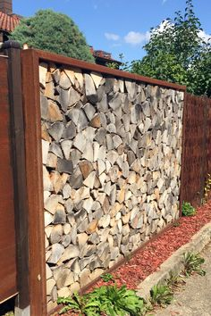 Privacy screen in the garden The Effective Pictures We Offer You About air Plants A quality picture Landscaping Tools, Landscaping Company, Garden Structures, Outdoor Structures, Garden Privacy Screen, Privacy Fences, Back Gardens, Air Plants, Hedges