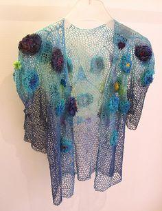 La Boutique Extraordinaire Monique Poirier - Gilet en lin crocheté et teint à la main, fleurs en soie.
