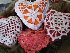 almofadas de cheiro com forma de coração - crochet