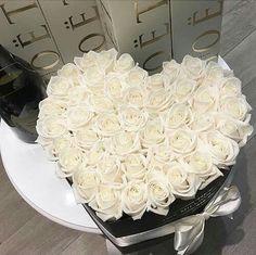 The million roses white Luxury Flowers, My Flower, White Flowers, Beautiful Flowers, The Million Roses, Billion Roses, Deco Floral, Flower Boxes, Vanilla Cake