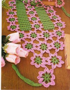 caminho de mesa de croche verde e rosa