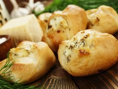 Cheese stuffed garlic buns makes an excellent side dish to any pasta dish or indeed a salad. We use a strong cheese such as Westcombe Cheddar for a extremely moreish and long-lasting savoury bite. Burger Recipes, Spicy Recipes, Vegetarian Recipes, Sage Biscuit Recipe, Mozzarella, Dinner Party Starters, Tomato Pasta Sauce, Eggless Baking, Tea Time Snacks