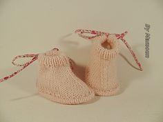 Chaussons bébé (naissance) tricotés main dans un fil doux rose poudré : Mode Bébé par mamountricote