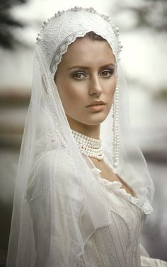 @PinFantasy - À la russe. ~~ For more:  - ✯ http://www.pinterest.com/PinFantasy/moda-~-novias-brides-wedding-outfits/