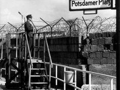 hier houd een wachter de grens in de gaten de muur werd streng bewaakt