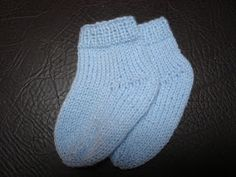 An easy model made with two needles and side seam that can be made … - Everything About Knitting Easy Model, Knit Shoes, Tartan Pattern, Baby Knitting, Charity, Knit Crochet, Diy And Crafts, Baby Shoes, Booty