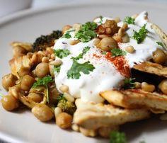 Wereld-Recepten: Arabische fetteh: Gebakken Turks brood met kikkererwten, yoghurtsaus en pijnboompitten