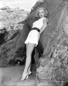 """Born Emma Matzo in 1922 in Scranton, Pennsylvania, American actress Lizabeth Scott was known for her """"smoky voice"""" and being """"the most beautiful face of film noir during the and Classic Actresses, Hollywood Actresses, Female Actresses, Classic Hollywood, Old Hollywood, Hollywood Style, Hollywood Icons, Elizabeth Scott, Gloria Dehaven"""