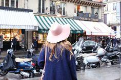 Casual Look. Look azul en París. A trendy life. #casual #chic #lookazul #bluelook #lookenparis #denim #jeans #hat #boyfriendjeans #details #revolve #blanco #h&m #sarenza #outfit #fashionblogger #atrendylife www.atrendylifestyle.com