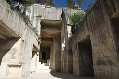 While it seems certain that the upcomingFashion Weekswill be almost exclusively digital,Chanelannounces that it will present itsCruise 2022 collectionin the South of France. The fashion house has chosen the stunning white limestone quarries ofLes Carrières de Lumières, famous for appearing in the 1959 filmThe Testament of Orpheus, directed byJean Cocteau, for the show which will take place on Tuesday, May 4, 2021. The location, which is located in the village of Les Baux-de-Prove