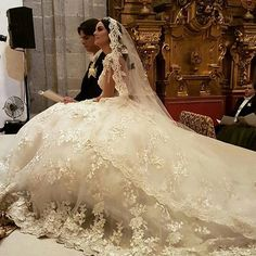 Así fue la boda de Ximena Navarrete y Juan Carlos Valladares Formal Dresses For Weddings, Dream Wedding Dresses, Bridal Dresses, Wedding Veils, Wedding Bride, Afghan Wedding Dress, Bride Veil, Wedding Looks, Wedding Attire