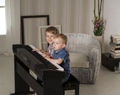 Vậy làm sao chọn mua được cây đàn Piano điện dành cho trẻ em giá rẻ thích hợp nhất ? Bài viết hôm nay xin được hướng dẫn cho bạn chọn mua cho bé nhà mình cây đàn piano điện ưng ý nhất.