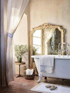 Baño con bañera exenta y toalla de Zara Home