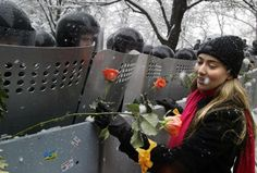 Freedom Friday: 75 iconic photos that have defined the century so far. A protestor giving flowers to the anti-riot policemen in Kiev, Ukraine during the Orange Revolution in See the other. Orange Revolution, The Gentlemans Journal, Fear Of Love, Powerful Images, Powerful Art, Iconic Photos, Faith In Humanity, Carnations, Historical Photos