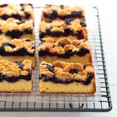 Blueberry crumble cake. 焼き菓子ばかり続いてます こちらは今月の入門クラスのメニューです . サクサクのクランブルと ジューシーなブルーベリー . たまらんのです . さてちょこっとお知らせです 私のインスタグラムは海外から見てくださっている方も多く この度韓国語専用のアカウントを作りました @marimo_cafe_korea . 良かったら見てみてくださいね . 한국에서 팔로우해주시는 여러분 언제나 감사합니다  저의 한국용 계정을 시작했습니다!! 레시피와 베이킹사진을 올립니다 꼭 팔로우 해주세요!! . このアカウントはアシスタントみゆちゃんが運営してくれています 皆さま応援よろしくお願いします