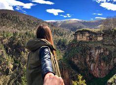 Женщинам свойственно вдохновлять сильный пол на преодоление вершин и горных утесов...  Спасибо за сюжет ( @lovelycaprice_ )    #джилысу #кисловодск #фотодня #горы #вдохновение #цель #путь #женщина #мужчина #фото