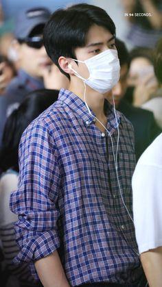 180825 GIMPO TO HANEDA #SEHUN #EXO #AIRPORTFASHION Kyungsoo, Chanyeol, Beautiful Boys, Beautiful People, Hunhan, Bts And Exo, Airport Style, Airport Fashion, Korean Actors