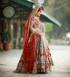 New wedding indian dress gold receptions 51 ideas Bridal Mehndi Dresses, Pakistani Bridal Makeup, Asian Wedding Dress, Pakistani Wedding Outfits, Pakistani Wedding Dresses, Pakistani Dress Design, Bridal Outfits, Bridal Lehenga, Indian Dresses