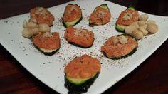 Thunfisch Paprika Creme´ auf Zucchinistreifen mit MacadamiasplitternWer jetzt gerade grübelnd in der Küche hin- und hergeht, dabei überlegen...