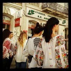 romania City People, Girls Out, Romania, Folk Art, Kimono Top, Trends, Rustic, My Style, Amazing