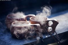 Höyryävät kuksat - kahvi kuksa nokipannukahvi pannukahvi kuksat pahka käsityö kuuma lämmin juoma kuppi juoma-astia muki retkeily ulkoilu höyry höyryävä kuppi retkeily tunnelma kolme eväs retkieväs