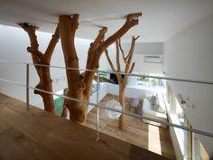 Le donneur d'ordre de cette maison, souhaitait conserver les arbres avec lesquels ses parents avez vécu toute leur vie. Conçu par le cabinet d'architecture Hironaka Ogawa & Associates, la structure des branches feuillues on subit deux semaines de séchage, suivi de l'écorçage, pour ensuite être installé dans le séjour, la salle à manger et la cuisine.