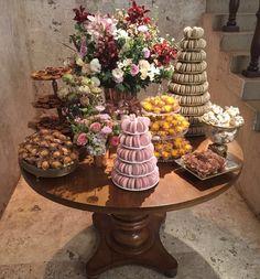 Além das estantes tivemos duas mesas lindas de doces: a primeira delas! #maymacarons #casoriomayefabio #mesasdecoradas
