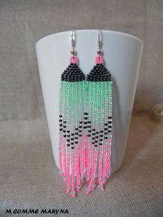 Boucles d'oreilles en perles de rocaille verte et rose longues 11 cm tissées Peyote. Bohochic Bohème : Boucles d'oreille par m-comme-maryna