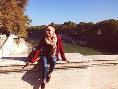 chica en puente sobre el río Tiber en Roma