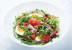 Tuňákový salát s fetou a vejcem