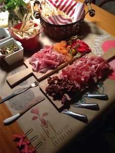 Mesas by Melissa Sales decor Brazil  Instagram (melissasalesdecor)  #festas  #mesas #table #amigos #friends #brazil #brasil #decor #decoracao #scrapmania #feitoamao #handmade #scrapbook #party #food #aperitivos #frios #comidas #mesaposta #melissasales #Valentimesday #diadosnamorados #newyear #anonovo