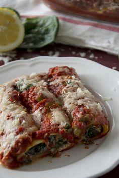 Recept voor cannelloni gevuld met spinazie en ricotta met tomatensaus.