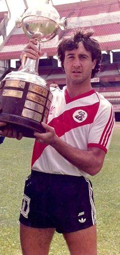 Norberto Osvaldo Alonso con la copa Libertadores de 1986.