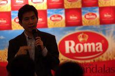 KETERANGAN-Direktur pemasaran Mayora Group Ricky Afrianto memberikan keterangan kepada wartawan. andalas/rizky mulya
