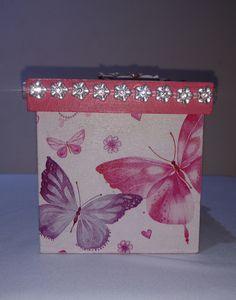 Caixa de MDF Decorada com decupagem, pedrarias, detalhes em flores de scrapdecor.