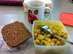 Johannas kaltes Essen auf der Arbeit: Kichererbsen-Gemüse-Curry mit Vollkornbrot.   www.eatupyourgreens.de
