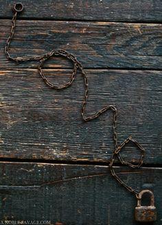 cadena con candado oxidado sobre tablas