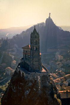 Kapel Saint Michel d'Aiguilhe in Le Puy-en-Velay, Auvergne, Frankrijk Places Around The World, Oh The Places You'll Go, Places To Travel, Places To Visit, Around The Worlds, Wonderful Places, Beautiful Places, Hallstatt, Neuschwanstein