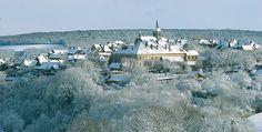 De Dijon, il faut 45 mn pour se rendre à la fabrique d'anis de Flavigny sur Ozerain et la visiter. Cette entreprise familiale transmet son savoir faire de génération en génération depuis 1591.